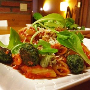 Pasta in tomatensaus met spinazieballetjes